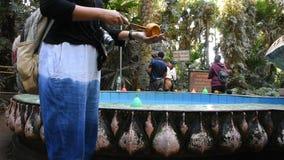 Visite Wat Pa Kham Chanod de personnes thaïlandaises à l'interdiction Kham Chanot dans Udon Thani, Thaïlande banque de vidéos
