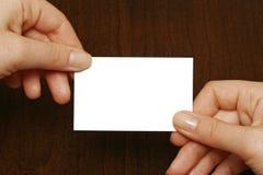 Visitenkarte an den Händen einer Frau Stockbild