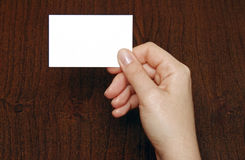 Visitenkarte an der Hand einer Frau Lizenzfreies Stockfoto