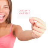 Visitenkarte, die durch aufgeregte Frau darstellt lizenzfreies stockfoto