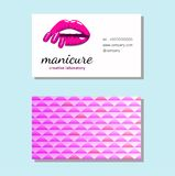 Visitenkarte mit den schönen Mädchenlippen mit hellen rosa Manikürenägeln Schönheits-Visitenkarte, Logo, Fahne, Plakat Vektor ill Stockbilder