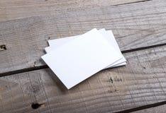 Visitenkarten auf altem hölzernem Hintergrund Lizenzfreies Stockfoto