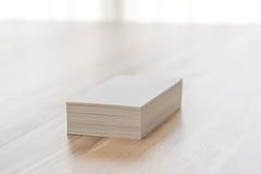 Visitenkarten auf hölzerner Tabelle Stockfotografie