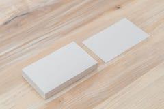 Visitenkarten auf hölzerner Tabelle Stockfotos
