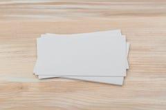 Visitenkarten auf hölzerner Tabelle Lizenzfreie Stockfotografie