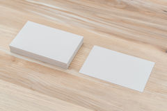 Visitenkarten auf hölzerner Tabelle Lizenzfreie Stockbilder