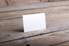 Visitenkarten lokalisiert auf altem hölzernem Hintergrund Stockfotografie