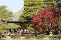 visiters на Киото, Японии Byodo-в виске стоковое изображение