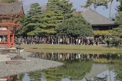 visiters на Киото, Японии Byodo-в виске стоковые фото