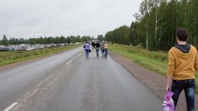 Visiters die één of andere openluchtgebeurtenis komen te zien stock footage