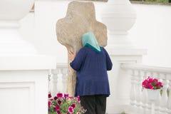 VISITES, BELARUS - 15 JUILLET 2017 : croix en pierre de Deux-mètre dans la cathédrale de St Cyrille et Laurence de Turov Images libres de droits