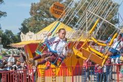 Visiteur appréciant le parc d'attractions à l'exposition annuelle de Bloem Photos libres de droits