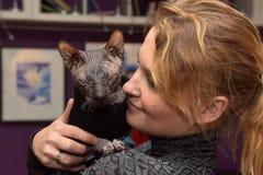 Visiteur dans le ` de chats de République de ` de musée Images libres de droits