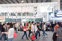 Visiteur de foule à la cabine de présentateur de BMW Photographie stock libre de droits
