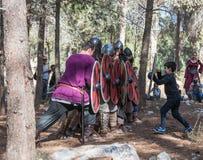 Visiteur de la reconstruction de la vie des Vikings - le ` de Viking Village de ` essaye de traverser le mur des boucliers du Photo libre de droits