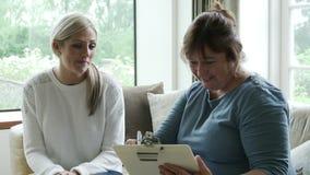 Visiteur de santé parlant à la femme à la maison banque de vidéos
