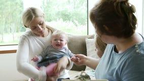 Visiteur de santé parlant à la mère avec les enfants en bas âge banque de vidéos