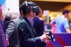 Visiteur examinant des expériences de dispositifs de VR de MWC 2019 photo stock
