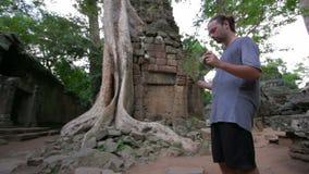 Visiteur lisant la carte de syndicat d'initiative dans le temple de Prohm de ventres, angkor clips vidéos