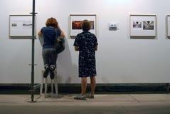 Visiteurs à 6ème Moscou Biennale d'art contemporain Photo libre de droits
