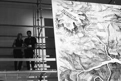 Visiteurs à 6ème Moscou Biennale d'art contemporain Image libre de droits