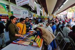Visiteurs à la foire de livre de Kolkata - 2014. Photographie stock libre de droits