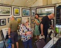 Visiteurs à une cabine au 61th trottoir annuel Art Show photographie stock