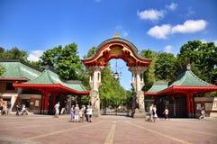 Visiteurs achetant un billet à l'entrée de Berlin Zoo, Allemagne Photos libres de droits