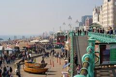 Visiteurs appréciant la plage à Brighton, R-U image libre de droits