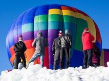 Visiteurs appréciant la vue du décollage chaud de ballons à air Images libres de droits