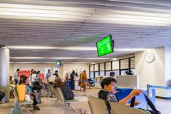 Visiteurs attendant l'embarquement en Don Muang International Airport Image libre de droits