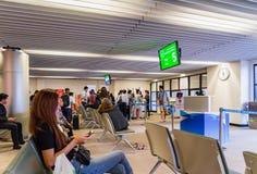 Visiteurs attendant l'embarquement en Don Muang International Airport Images stock