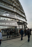 Visiteurs au dôme chez le Bundestag Images stock
