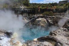 Visiteurs au-dessus d'une piscine géothermique de ébullition Whakarewarewa, Nouvelle-Zélande image libre de droits