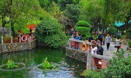 Visiteurs au jardin de sagesse de Wong Tai Sin Temple, Hong Kong Photos stock