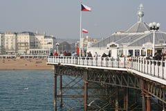 Visiteurs au pilier à Brighton, R-U photo stock