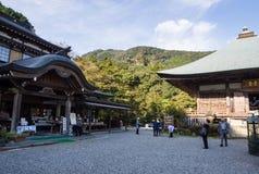 Visiteurs au temple bouddhiste de Futagoji sur la péninsule de Kunisaki, Japon Images stock