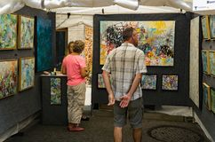 Visiteurs au 61th trottoir annuel Art Show, Roanoke, VA photographie stock libre de droits