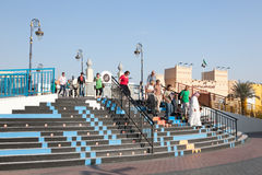 Visiteurs au village global à Dubaï Images libres de droits