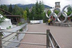 Visiteurs aux anneaux olympiques de Whistler Image stock