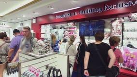 Visiteurs choisissant des souvenirs à la boutique de cadeaux d'Empire State Building banque de vidéos