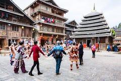 Visiteurs dans la danse ronde sur la place dans Chengyang Photos libres de droits