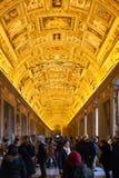 Visiteurs dans la galerie de cartes dans le musée de Vatican Photos stock
