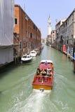 Visiteurs dans le lancement allant à travers la voie d'eau, Venise, Italie Images libres de droits