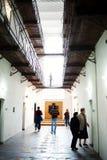 Visiteurs dans le musée de mémorial de Sighet Image stock