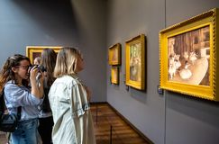 Visiteurs dans le musée Orsay, Paris image libre de droits
