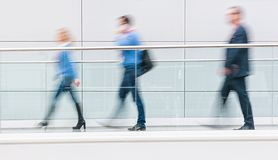 Visiteurs de foire commerciale marchant dans un couloir futuriste propre Photo libre de droits