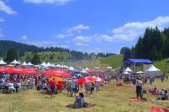 Visiteurs de milliers de festival de Rozhen, Bulgarie Photos libres de droits