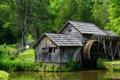 Visiteurs de ressort au moulin de Mabry, Ridge Parkway bleu Photographie stock