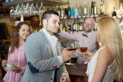 Visiteurs de restaurant buvant du vin Photographie stock